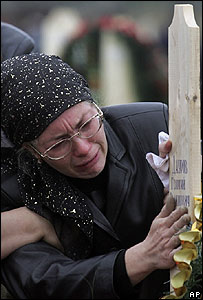 Una madre llora a su hijo.