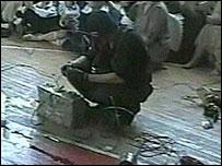 Video de uno de los terroristas en el gimnasio de la escuela en Beslan