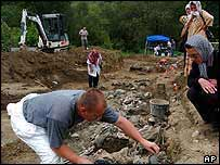 Bosnian mass grave is examined   AP