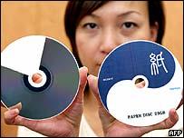 Mujer con disco de papel de rayo azul.