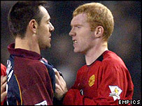 Paul Scholes (right) clashes with Doriva