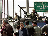 Iraqis try to pass US checkpoint to enter Falluja