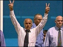 Vanunu emerges from Shikma prison in Ashkelon