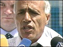 Vanunu speaks outside Shikma prison in Ashkelon