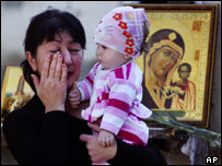 Una mujer llora con su hija en la escuela de Beslan.