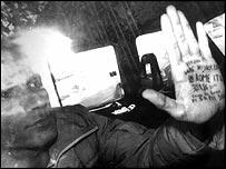 Tranportan a Vanunu de la corte a la prisión.