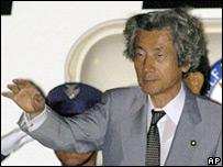 El primer ministro japonés Junichiro Koizumi a su salida de Tokio
