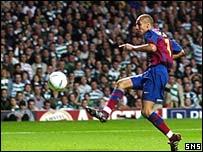 Larsson knocks home Barcelona's third goal at Celtic Park