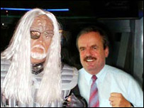 A Klingon ambassador meets Deutsche Welle's director Erik Bettermann (picture c/o Deutsche Welle's website)