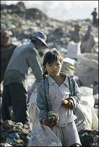 Ni�a camboyana en un basurero de la capital, Phnom Penh