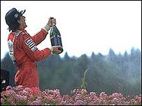 Ayrton Senna celebrando uno de sus muchos triunfos