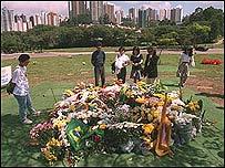 Simpatizantes de Senna visitan su tumba en Morumb�, San Pablo