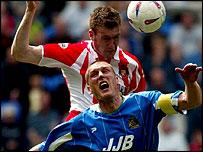 Sunderland's Kevin Kyle outjumps Jason De Vos of Wigan Athletic