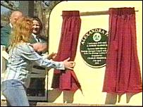 Charlie Dimmock unveils a plaque