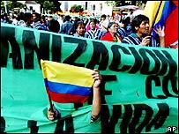 Niño sujeta bandera colombiana en marcha indígena