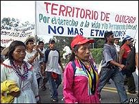 Indígenas colombianos marchan por Jamundi, a más de 300 kilómetros al sudoeste de Bogotá