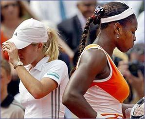 Justine Henin-Hardenne and Serena Williams change ends