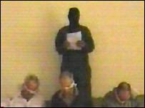 Imagen de al-Jazeera de uno de los secuestradores de tres extranjeros, abducidos de su casa en Bagdad.