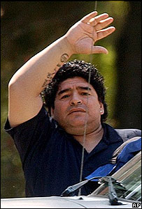 Maradona saluda a simpatizantes a la salida del hospital para viajar a Cuba.