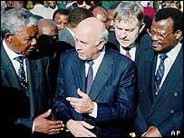 Nelson Mandela (l), FW de Klerk (c), Mangosuthu Buthelezi (r)
