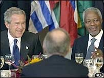 US President George W. Bush (L) and UN Secretary General Kofi Annan (R) chat with other leaders during lunch at the UN