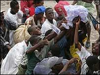 Haitianos luchan por conseguir agua en Gonaives