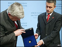 Bulgarian Foreign Minister Solomon Passy presents a yellow star of David to German Foreign Minister Joschka Fischer