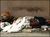 Persona sin hogar durmiendo en una calle de Londres.