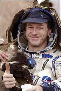 US astronaut Michael Foale gives a thumbs up shortly after landing in Kazakhstan