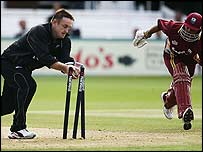 Scott Styris runs out Ramnaresh Sarwan
