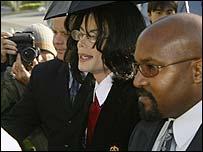 Michael Jackson (centre)