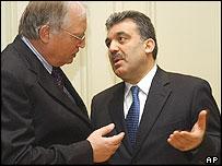 El comisario europeo para la Ampliación, Guenter Verheugen (a la izquierda) con el canciller de Turquía, Abdullah Gul, en Bruselas.