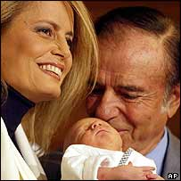 Carlos Menem with his wife Cecilia and newborn son in November 2003