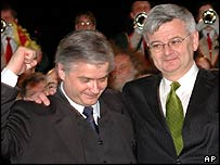 Wlodzimierz Cimoszewicz (L) and Joschka Fischer at a ceremony on the Polish-German border