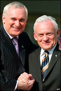 Leszek Miller (R) in Dublin with Ireland's Bertie Ahern