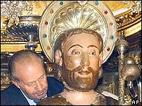 El rey de España, Juan Carlos, con una estatua de Santiago