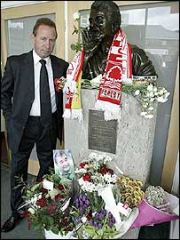 John McGovern with a bust of Brian Clough at the City Ground