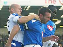 Everton's Thomas Gravesen (left) tussles with David Unsworth (centre) and Amdy Faye
