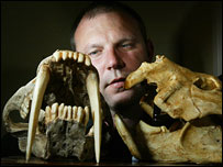 Stephen Wroe and marsupial lion skulls, UofSydney