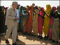 Ruud Lubbers in a refugee camp in Darfur