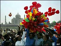 Balloons released with Taj Mahal in background