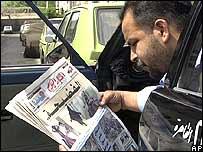 Hombre leyendo un periódico en Egipto