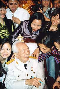 Journalists mob General Vo Nguyen Giap