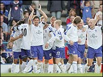 Everton's players celebrate Cahill's goal