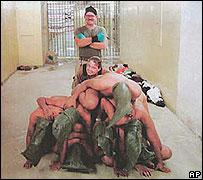 Foto de los soldados de EE.UU. y los prisioneros iraquíes Abuso de prisioneros en Irak (AP/Cortesía The New Yorker)