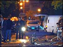 Investigadores en el lugar donde ocurrieron las explosiones.