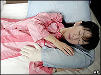 Junko Suzuki demonstrates how she sleeps with a Boyfriend's Arm Pillow. 29/09/04