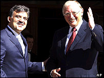 Turkish foreign minister Abdullah Gul (left) with the EU's Guenter Verheugen (right)