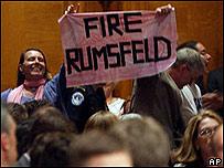 Manifestantes en el recinto reclaman la renuncia de Rumsfeld