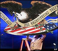Ajustando la decoración minutos antes del debate.